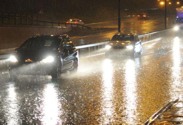Door de regen en een natte weg weerkaatst het licht van de koplampen. wat gebeurt er dan?