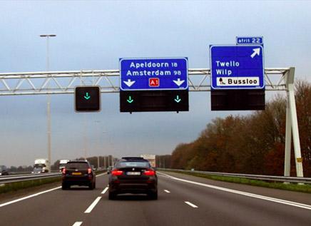Hoe heet de extra rijstrook die op de autosnelweg aan de linkerzijde is aangelegd om het verkeer bij drukte beter te laten doorstromen?