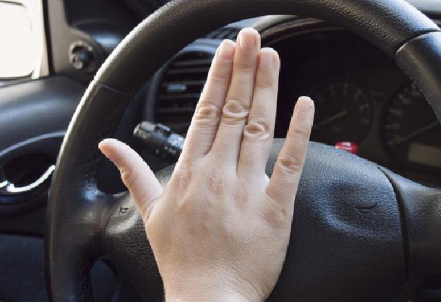 De toeter (claxon) van je auto werkt niet. mag je gaan rijden?
