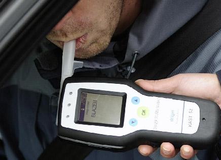 Je hebt langer dan 5 jaar je rijbewijs. je moet van de politie een alcoholtest doen. je blaast in een apparaat. het apparaat meet hoeveel alcohol er in je adem zit. met hoeveel microgram alcohol mag je nog autorijden?