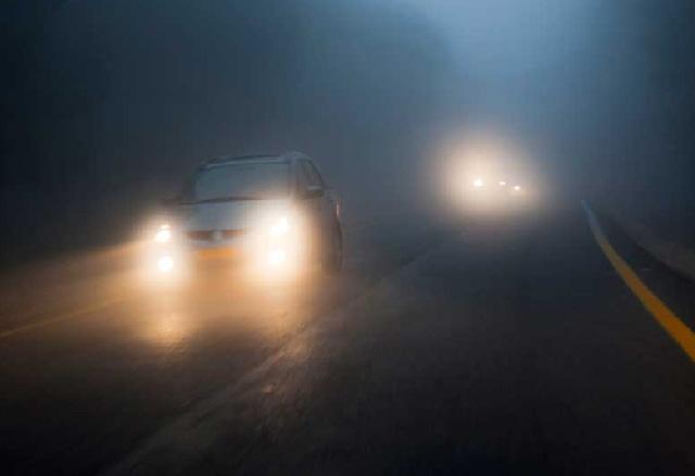 Je rijdt 's nachts in dichte mist. welke verlichting aan de voorzijde kun je dan het beste voeren?