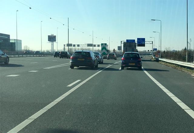 Je rijdt op de verkeerde rijbaan, mag je invoegen op de rijbaan links van je?