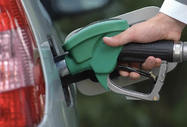 Je hebt per vergissing een paar liter diesel in je benzineauto getankt. kun je zonder problemen verder rijden?