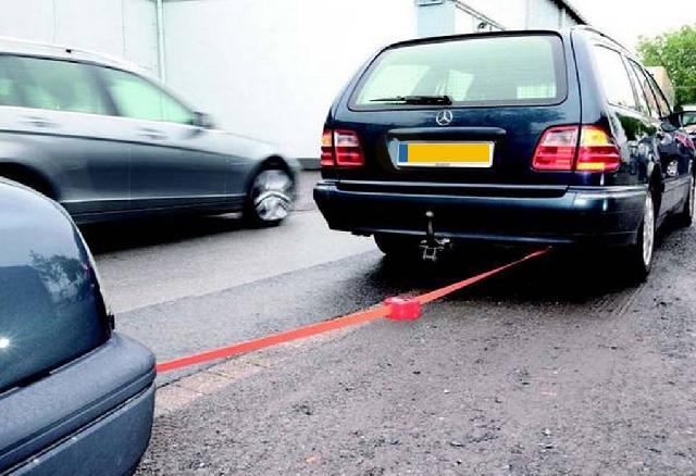 Een auto met stuurbekrachtiging wordt gesleept. hij heeft motorpech. hoe stuurt de gesleepte auto?