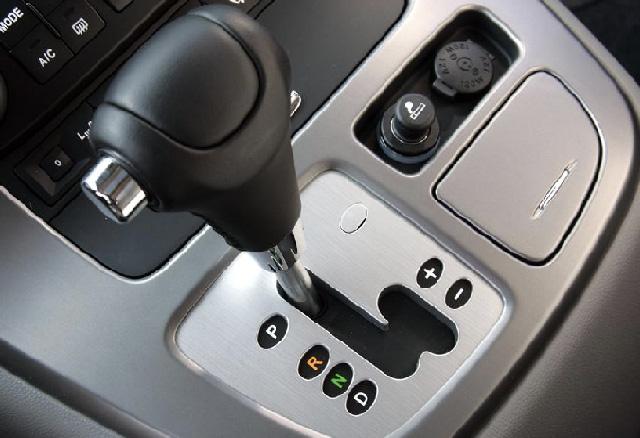 Je hebt een auto met automatische versnelling. hoe kun je in zo'n auto brandstof sparen?