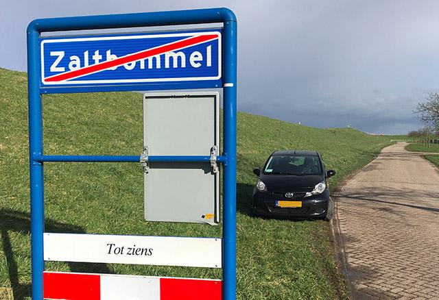 U parkeert hier in de berm. mag dat?